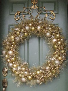 Adorable Gold Christmas Decoration Ideas - The Colors of Christmas The rich and festive hues of traditional Christmas decorations--the reds, greens, golds and silvers--run deep in our culture. Christmas Door, Christmas Crafts, Christmas Ornaments, Christmas 2019, Christmas Island, Christmas Music, Diy Wreath, Door Wreaths, Gold Wreath