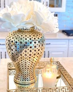 Find trending home interior design ideas, inspiration and tips from Interior Craze to design your bathroom, bedroom, kitchen, living room and many more. Home Decor Hooks, Home Decor Baskets, Home Decor Items, Home Room Design, Home Interior Design, Table Decor Living Room, House Plants Decor, Creation Deco, Decorating Coffee Tables