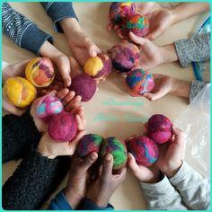 Viltworkshop Atelier Naaiz11; jongleerballen vilten met groep 4, 5 en 6