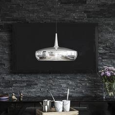 Die Clava Dine von Vita in Stahl poliert macht sich als einzelne Pendelleuchte besonders gut über Esstischen in klaren, dezenten und minimalisitischen Räumen.