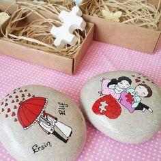 yine bir çiftin aşkına şahit olmanın verdiği mutlulukla; günaydınnn Stone Crafts, Rock Crafts, Hand Painted Rocks, Zen Art, Creative Decor, Stone Art, Stone Painting, Rock Art, Handmade Crafts