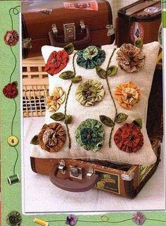 How pretty is this Yo-Yo Pillow? Fabric Art, Fabric Crafts, Sewing Crafts, Sewing Projects, Yo Yo Quilt, Sewing Pillows, Quilted Pillow, Fabric Flowers, Decorative Pillows