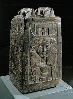 EGIPTO ESCULTURA 2do-1r MILL.BCE Bloque de alivio de Nebnefer, supervisor del tesoro de Dios Amon.Deposited en el templo del dios de cocodrilo Sobek.An elaborar sonajero sagrado para el culto de la diosa Hathor está tallada en el frente. Período de Amenhotep III. granito negro, H: 55,5 cm. Luxor Luxor 136 J museo de arte del antiguo Egipto, Luxor, Egipto