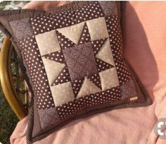 Applique Cushions, Patchwork Cushion, Quilted Pillow, Quilting Projects, Quilting Designs, Sewing Projects, Pillow Crafts, Diy Pillows, Quilt Square Patterns