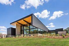 Construido por BarberMcMurry architects en Lenoir City, United States con fecha 2014. Imagenes por Denise Retallack . Ortodoncia Hicks es un sitio de atención integral con una ubicación existente en Knoxville, Tennessee. A finales de 2...