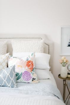 Bedroom decor ideas - White bedding with colorful, printed pillows