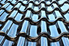 Existem algumas alternativas para realizar a vedação de telhas quando a água da chuva começa a pingar dentro de casa. Não é preciso trocar o telhado! A seguir conheça os produtos indicados para o problema. Uma das opções oferecidas por empresas de conserto de telhados é o emborrachamento líquido. O serviço consiste em revestir o telhado com um impermeabilizante tipo borracha líquida. #chuva #fazfacil #fitas #isolamento #isolamentodalaje #produtos #telhado #telhas #tintas #vedacao Clay Tiles, Insulation, Ceramic Painting, Rooftops