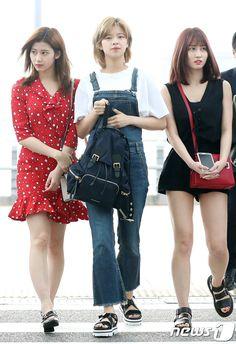 Twice-Sana×Jeongyeon ×Momo 170623 Suzy Bae Fashion, Kpop Fashion, Asian Fashion, Girl Fashion, Airport Fashion, Airport Look, Airport Style, South Korean Girls, Korean Girl Groups