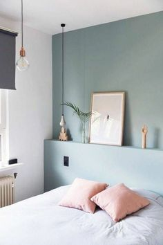 peinture-murale-gris-clair-pour-la-chambre-à-coucher-coussins-roses-lampe-ampoule