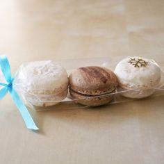 Podziękowania dla gości za przybycie na wesele mogą być w formie słodkich migdałowych makaroników