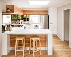 small trendy u-shaped eat-in kitchen design