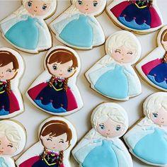 Biscoitos decorados Frozen - Anna e Elaa - by @vaniabragacookies. A @vaniabragacookies envia os biscoitos decorados para todo o Brasil ✈️. . . #party #ideias #festa #dentrodafesta #decoracao #decoracaoinfantil #decorparty  #frozen #frozenparty #iphonesia #frozencake #anna #elsa #olaf #disney #disneyparty #wdw #instacake #instaparty  #fiesta #frozenfever #frozenfever  #aracaju #sergipe #vilavelha #vitoria #biscoito #biscoitodecorado #cookies #cookie