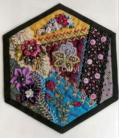 ideas for crazy patchwork hexagons ideas Crazy Quilt Stitches, Crazy Quilt Blocks, Patch Quilt, Crazy Quilting, Silk Ribbon Embroidery, Hand Embroidery Designs, Embroidery Stitches, Quilting Projects, Quilting Designs