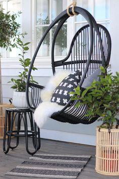 7 Fast And Easy Summer Decorating Ideas For Any Budget! Outdoor Spaces, Outdoor Living, Summer Cabins, Outside Patio, Balcony Design, Cottage Interiors, Terrace Garden, Outdoor Settings, Cozy Cottage