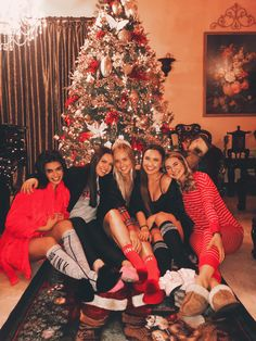 Nothing like VS pjs, great food, and great company to celebrate Friendsmas!❤️🎄