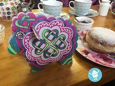 Dieses Schaf ist aus unserer Bauernhoftierbox und hat uns in Irland sogar zum Tee begleitet. Wir haben beim anmalen und fotografieren viel Spaß gehabet. Birthday Candles, Desserts, Food, Cardboard Animals, Ireland, Meal, Deserts, Essen, Hoods