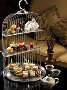 Being a Tea AND Bird Lover, I absolutely adore this three-tiered silver bird cage serving tray. Perfect for a Tea Party. So elegant and original. Tee Sandwiches, Comida Para Baby Shower, Tea Lounge, Brunch, Afternoon Tea Parties, Tea Tray, Guided Meditation, My Tea, Macaron