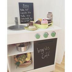 Nu har Ingrid sitt egna café på landet ☕️🍰🍪 #barnrumsinspo #barnrumsinredning #barnrumsinredning #cafe #barncafe #barnkök #leksaksaffär #cupcakes