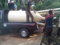 Ini adalah proses disaat kami sedang persiapan untuk mengirimkan tangki silo ke Padang dari bengkel kami di Bandung , memang kami tidak mengirimkan silo ini menggunakan mobil kecil ini , ini hanyalah estafet , sebab truk fuso yang akan mengantarkan ke Padang tidak bisa masuk ke tempat kami.