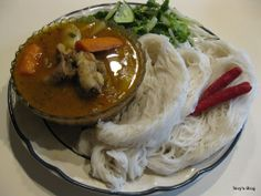 Curry Noodle (Somlor Kari Num Banh Chok) For Curry noodle you can make any kind of curry to go along with the rice noodle, but for Khmer. Indian Food Recipes, Asian Recipes, Ethnic Recipes, Cambodian Food, Cambodian Recipes, Curry Noodles, Curry Recipes, International Recipes, Food Inspiration