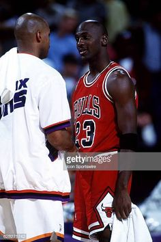 Michael Jordan of the Chicago Bulls shakes hands with Charles Barkley, left, of the Phoenix Suns before a game at America West Arena in Phoenix, Arizona. Jordan Bulls, Michael Jordan Chicago Bulls, Jordan 23, Nba, Michael Jordan Pictures, Basketball Motivation, Jeffrey Jordan, Actrices Hollywood, Shake Hands
