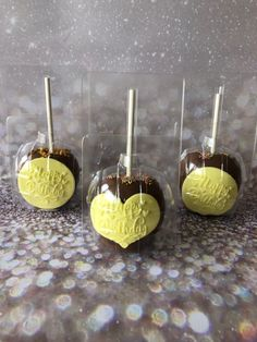 Chocolate apples packed sepperately in our transperant boxes and decorated with sweetstamp happy hirthday outboss stamp. Dipped in Callebaut chocolate Callebaut Chocolate, Chocolate Apples, Cupcake Cakes, Cupcakes, Birthday Candy, Candy Apples, Dips, Stamp, Sweet