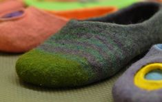 Felted slipper visual tutorial. Text in russian. Must have a go at making these before winter.....