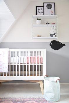 Scandinavische babykamer voor een meisje. #scandinavisch #babykamer #ledikant #babypark #stringshelf #tomado #nursery #girlsroom #geboorteposter