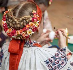 The process of painting Ukrainian Easter egg -- Pisanka. Створення української писанки до Великодня.