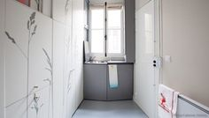 ¿Vivir en un apartamento de 8m2?. Una habitación de servicio de 8m2, de un edificio antiguo de París, ha sido reformada y acondicionada para que se pueda vivir en ella. El aprovechamiento del espacio ha sido máximo, diseñando un armario que ocupa toda una pared, con muebles y puertas escondidas. Vídeo que demuestra su uso.  #Arquitectura, #Videos