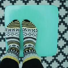 cirkus socks // sirkussukat http://www.sateenkaariajaserpentiinia.fi/2014/12/cirkus-sukat.html Marimekko Fabric, Boot Toppers, Colorful Socks, My Socks, Knitting Socks, Hand Knitting, Diy Fashion, Knits, Crocheting