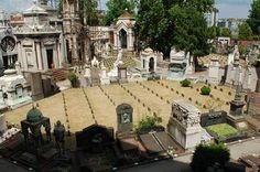 cementerios es muy antigua, pues ya está documentada como ciminterio en Gonzalo de Berceo (siglo XIII). ¿Cuál es la etimología de