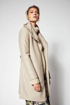 Feminine and premium: Form-stable coat made of virgin wolle . Waisted fit, vertical seam at the back as well as an elegant stand-up collar. The width of the waist can be adjusted as desired by the flap on the back. Shops, Sweater Jacket, Elegant, Wool Coat, Mantel, High Neck Dress, Feminine, Felted Wool, Sweaters