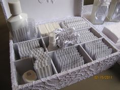 Tentarei neste post reunir algumas coisas que considero importante sobre o banheiro, caxinhas e outras cositas más...Kit toilleteO que é?O kit é a a tradicional caixinha de utilidades e primeiros s...