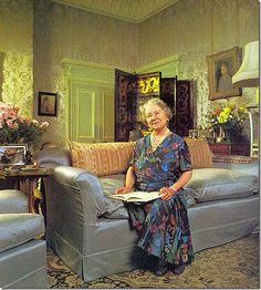 Queen Elizabeth the Queen Mother inside her home Clarence House. Reine Victoria, Queen Victoria, Royal Queen, King Queen, Royal King, George Vi, Lyon, Queen Pictures, Clarence House