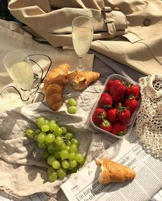 thcartierrug: - ب picnic ب Cute Food, Good Food, Yummy Food, Comida Picnic, Picnic Date, Picnic Menu, Think Food, Le Diner, Aesthetic Food