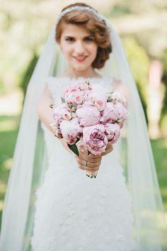 Buchet de mireasa romantic. Aranjamente florale elegante pentru nunta si buchete de mireasa deosebite de la Floraria Lavanda Cluj.