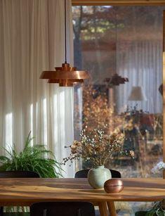 Verliebt in Mutter Natur: Wohnen in sinnlichen Erdtönen   SoLebIch.de Foto: mywe #herbstdeko #deko #dekoration #esszimmer #inspiration #einrichtung #tischdeko #kupfer #lampe