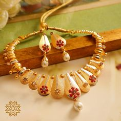 Floral arrays in textured gold! Antique Jewellery Designs, Gold Jewellery Design, Stylish Jewelry, Fashion Jewelry, Gold Drop Earrings, Gold Necklace, Simple Necklace, Manubhai Jewellers, Bridal Jewelry