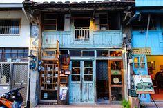 Modern Japanese Architecture, Japanese Buildings, Japan Architecture, Japanese Streets, Architecture Design, Aesthetic Japan, Japanese Aesthetic, Thai Cafe, Shop Facade