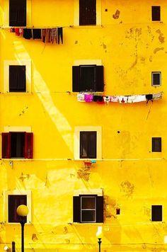 Vackert, gul byggnad med små och stora, svarta fönster. #yellow #gul #gulbyggnad