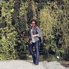 """Lu Ferreira no Instagram: """"Resgatando uma calça que eu amo no look de hoje! De flare Andrea Bogosian, capa/blazer @bianza_oficial e óculos @quayaustralia para…"""""""