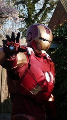A 17 ans, il confectionne son propre costume d'Iron Man Iron Man Cosplay, Iron Men, Superhero Costumes Kids, Arm Cannon, Hot Toys Iron Man, Iron Man Suit, Diy For Men, Building For Kids, Black Gloves