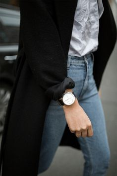 Travel without worry like Laura Werner of The Limits of Control, thanks to the auto-updating hybrid smartwatch.