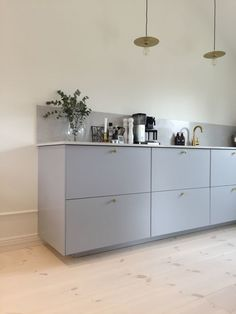 Denne her er virkelig fin grå-blå og flot med lyst træ, som I godt kan lide! New Kitchen, Kitchen Dining, Kitchen Stories, Floor Colors, Küchen Design, Minimalist Decor, Interior Design Living Room, Dining Area, Home Kitchens