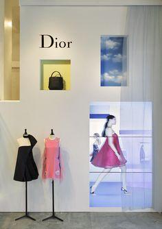 Dior pop-up stores concept store merci витрина Display Design, Store Design, Digital Retail, Retail Concepts, Retail Experience, Pop Up Shops, Retail Interior, Digital Signage, Retail Space
