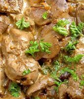 Ingredients chicken livers cream 3 tbs olive oil 1 large onion, chopped finely 4 green chillies, cut in quarters red g. Chicken Liver Recipes, Chicken Liver Pate, Great Chicken Recipes, Chicken Livers, Meat Recipes, Cooking Recipes, Recipies, Chicken Meals, Fried Chicken