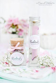 Badesalz mit Rosenblüten ist ein hübsches Geschenk zum Muttertag, welches man auch mit kleineren Kindern zusammen und vor allen Dingen schnell machen kann.