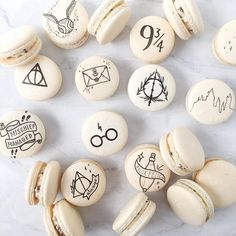 ✨More Harry Potter macarons for a wedding! ⚡️ ✨More Harry Potter macarons for a wedding! Baby Harry Potter, Harry Potter Motto Party, Harry Potter Birthday Cake, Harry Potter Food, Harry Potter Wedding, Harry Potter Theme, Harry Potter Fandom, Harry Potter Desserts, Gateau Harry Potter
