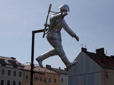 wazzup2!Die Skulptur eines über Stacheldraht flüchtenden DDR-Grenzsoldaten befindet sich an der Bernauer Straße – auf dem ehemaligen Todesstreifen